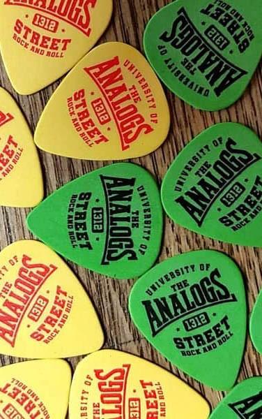 Kostki do gry na gitarze zespołu The Analogs. Producent No Logo Picks, sprzedawane w Oldschool Records - sklep z oficjalnym merchem, gadżetami, ciuchami i płytamiThe Analogs oraz innych zespołów z nurtu punk, streetpunk, oi.